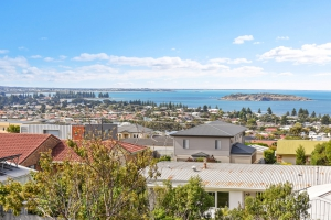 Rest and Relaxation Haven: 6 bed, fenced, sleeps 14 in Encounter Bay SA