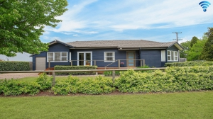 Fabulous 6 bed, fenced, pet friendly holiday home, sleeps 9 in Bowral NSW
