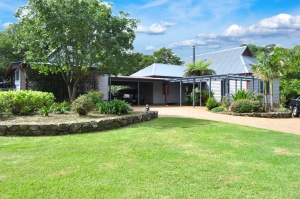 Substantial: 5 bed sleeps 10 in Berry NSW