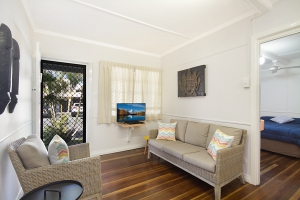 Delightful holiday home: 3 bed, fenced, sleeps 4 in Rainbow Bay QLD