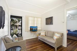 Delightful holiday home: 3 bed, fenced, sleeps 4 in Rainbow Bay QLD
