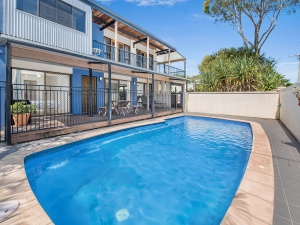 Bliss: 5 bed, fenced, sleeps 8 in Dicky Beach QLD