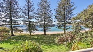 Relaxation awaits: 5 bed sleeps 6 in Dicky Beach QLD