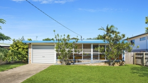 Idyllic Retreat: 6 bed, fenced, sleeps 7 in Golden Beach QLD