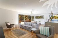 Holiday Sanctuary, 3 bed, fenced, pet friendly holiday home, sleeps 6 in Elizabeth Beach NSW