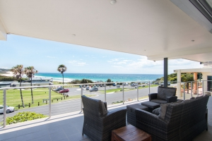 Exclusive 5 bed, fenced, pet friendly holiday home, sleeps 10 in Forster NSW