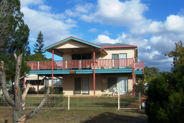 Delightful 3 bed holiday home, fenced, pet friendly holiday home, sleeps 4 in Burrum Heads QLD