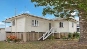 Enchanting Retreat 4 bed, fenced, pet friendly holiday home, sleeps 6 in Golden Beach QLD
