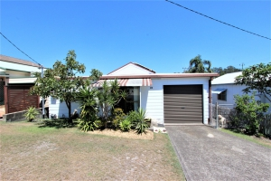 Enchanting 4 bed, fenced, pet friendly holiday home, sleeps 6 in Harrington NSW