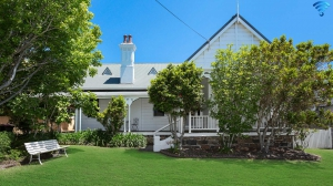 Iconic period 4 bed, fenced, pet friendly holiday home, sleeps 8 in Kiama NSW