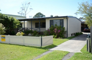 Beautifully renovated 3 bed, fenced, pet friendly holiday home, sleeps 5 in Burrill Lake NSW