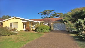 Gorgeous 4 bed pet friendly holiday home, sleeps 7 in Mollymook NSW
