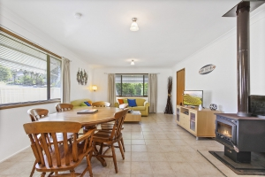 Enchanting 4 bed, fenced, pet friendly holiday home, sleeps 6 in Lake Tabourie NSW