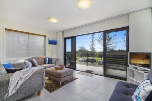 Affordable 3 bed pet friendly holiday unit, sleeps 4 in Bilinga QLD