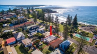 Beachfront 5 bed, fenced, pet friendly holiday home, sleeps 8 in Yamba NSW