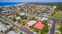 Original 4 bed, fenced, pet friendly holiday home, sleeps 7 in Yamba NSW