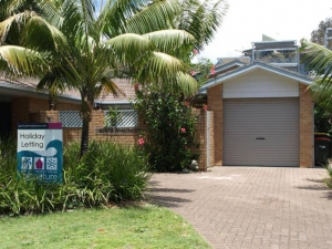 Modern 5 bed, fenced, pet friendly holiday villa, sleeps 6 in Boomerang Beach NSW