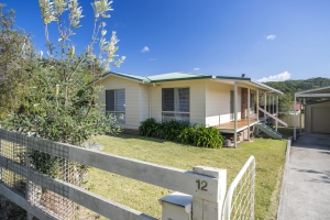 Outstanding 3 bed, fenced, pet friendly holiday home, sleeps 4 in Kioloa NSW
