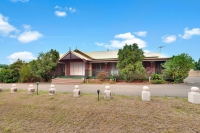 Modern 5 bed pet friendly holiday home, sleeps 8 in Pokolbin NSW