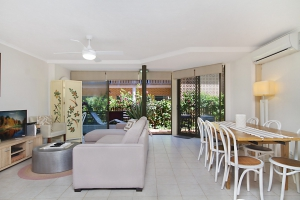 Beachfront 2 bed, fenced, pet friendly holiday apartment, sleeps 4 in Tugun QLD