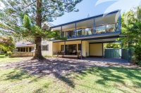 Huge 7 bed pet friendly holiday home, sleeps 10 in Smiths Lake NSW