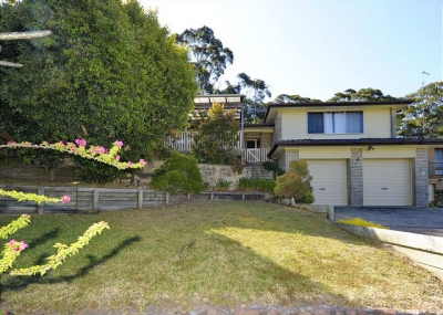 Spacious 6 bed, fenced, pet friendly holiday home, sleeps 10 in Fingal Bay NSW