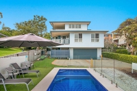 Awesome 4 bed pet friendly holiday home, sleeps 8 in Coolangatta QLD