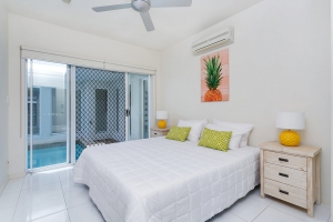Magnificent: 6 bed, fenced, sleeps 8 in Trinity Beach QLD